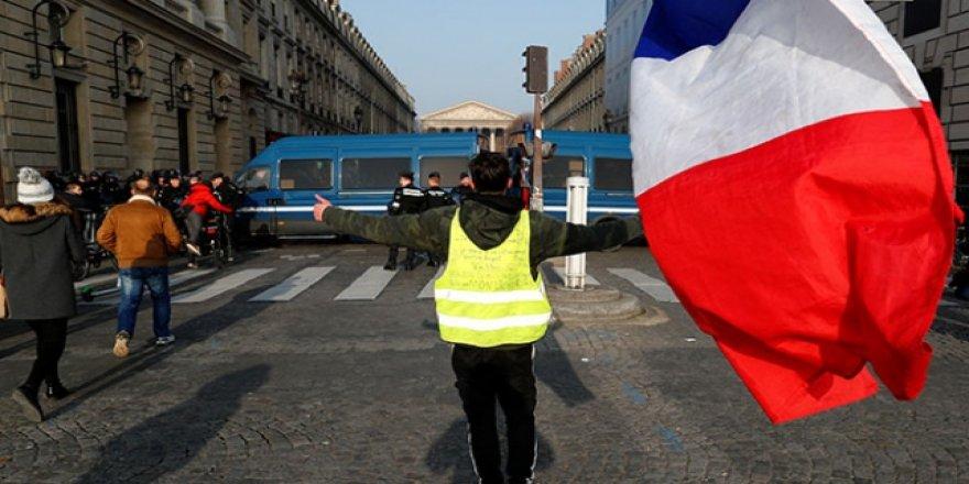 Fransa'da Sarı Yelekliler Sokakta