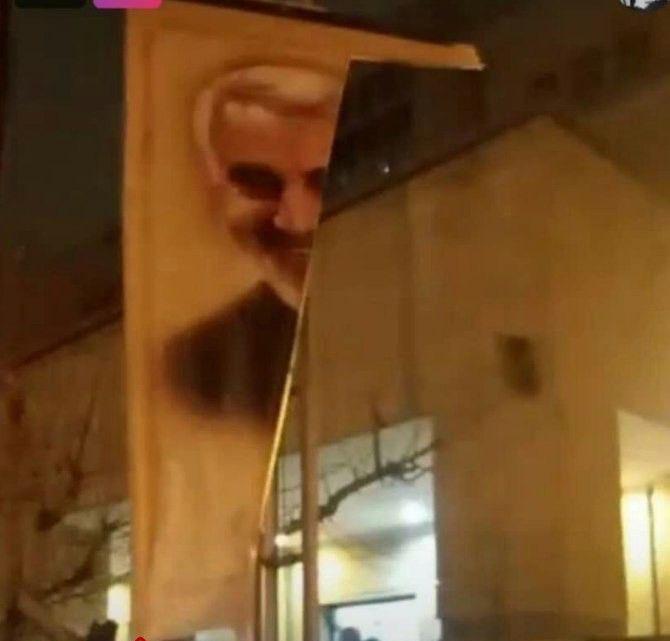 Tahran'da Kasım Süleymani posteri yırtıldı