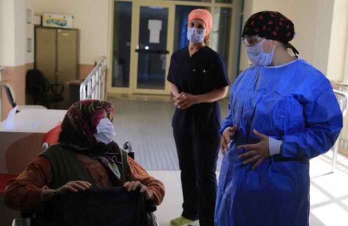 83 yaşında koronavirüsü yendi