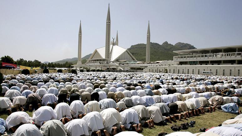 Pakistan'da camilerde cemaatle namaz yasağı kaldırıldı