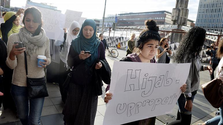 İsveçli öğretmenler başörtüsü yasağını başörtüsü takarak protesto etti