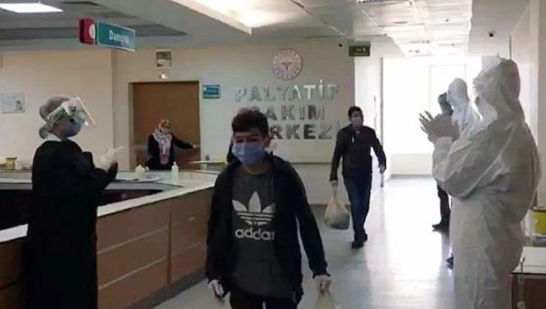 Aynı aileden 10 kişi koronavirüsü yenerek taburcu oldu