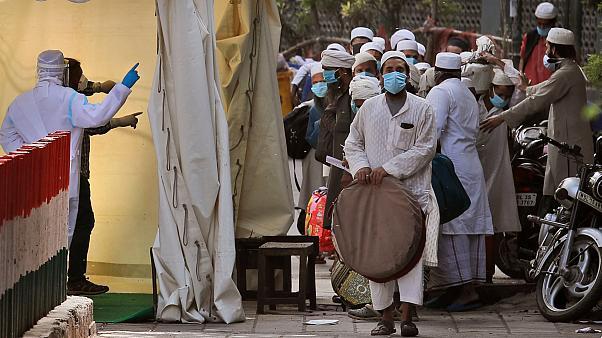 Hindular'dan virüsü Müslümanlar yayıyor suçlaması