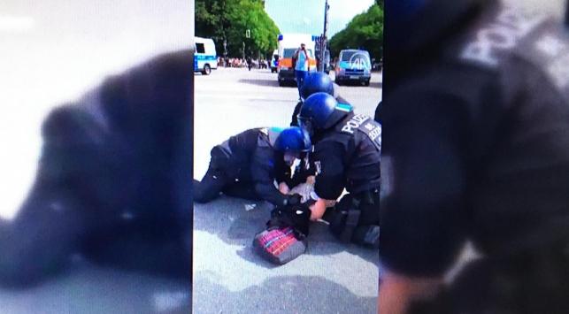 Almanya'da polis yere yatırdığı hamile kadını yumrukladı (Video Haber)