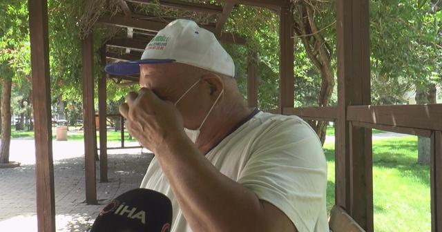 61 yaşındaki adam evden uzaklaştırma kararı yüzünden parkta yatıyor