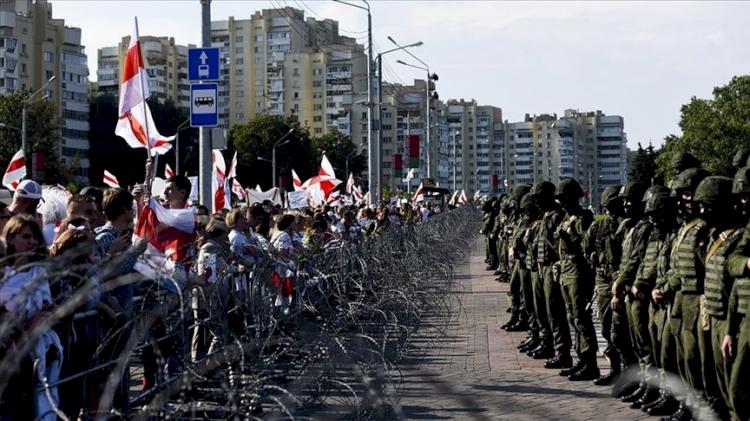 Belarus'ta tansiyon düşmüyor: 24 saatte 774 kişi gözaltına alındı