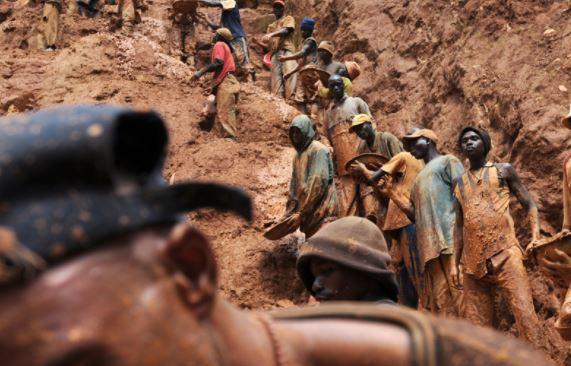 Altın arayan 50 madenci göçük altında can verdi