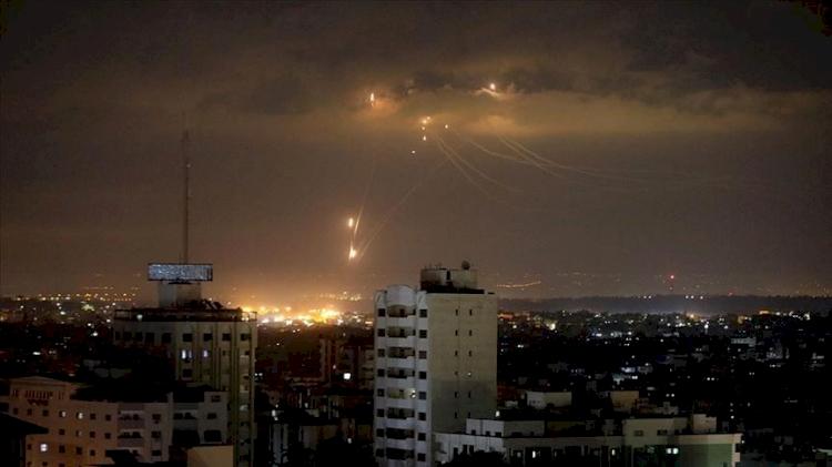 İşgalci İsrail ordusu, Gazze'de 10 noktaya saldırdı