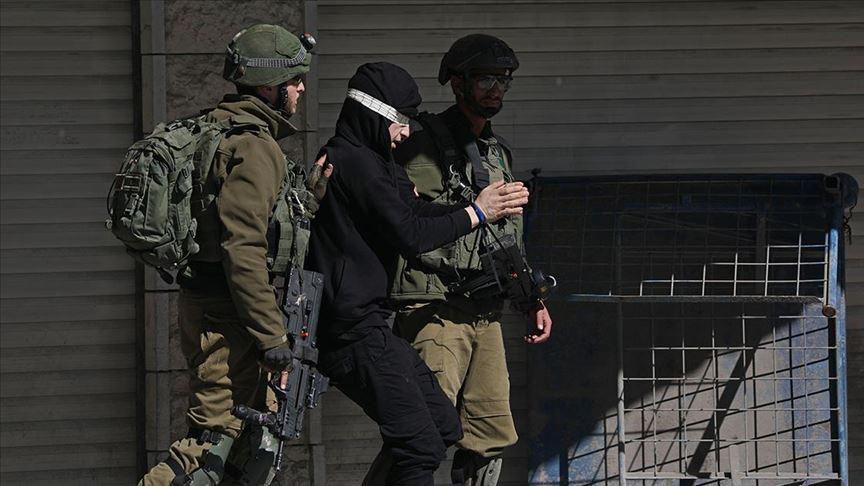 İsrail askerleri Batı Şeria'da Filistinli bir çocuğu gözaltına aldı