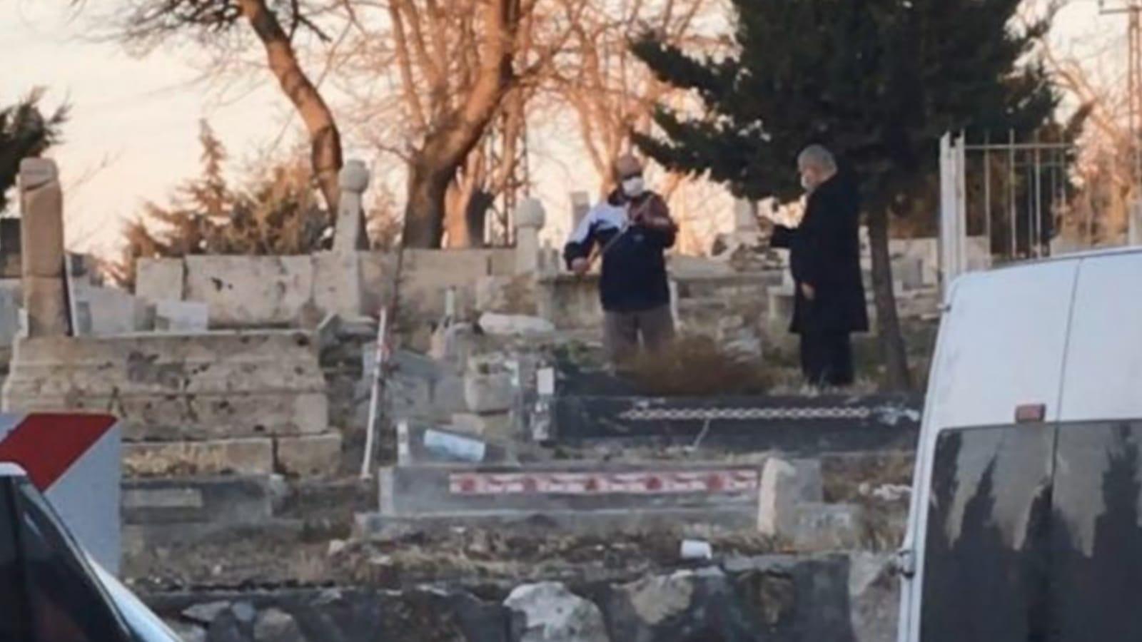 Gizemli mezarlık ziyaretçisinden keman resitali