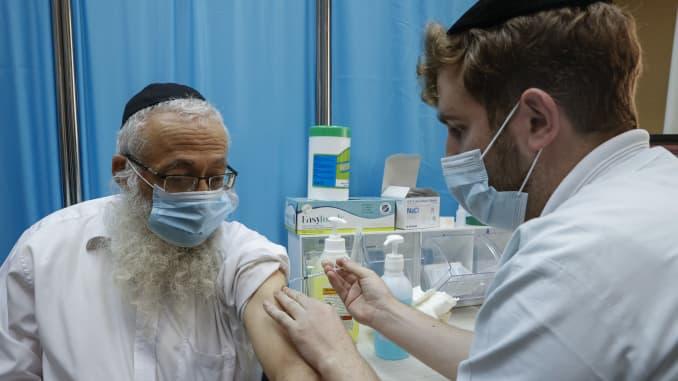 İsrail'de virüs aşısı olan 13 Yahudi yüz felci geçirdi