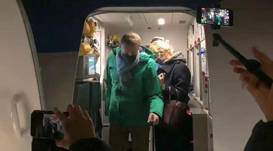 Ülkesine geri dönen Rus muhalif Navalnıy havaalanında tutuklandı