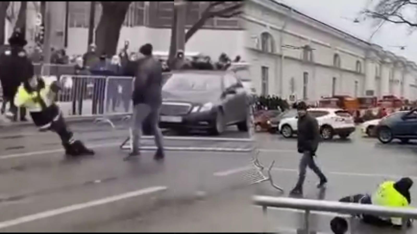 Putin karşıtı gösterici Rus polisini tek yumrukta indirdi (Video Haber)