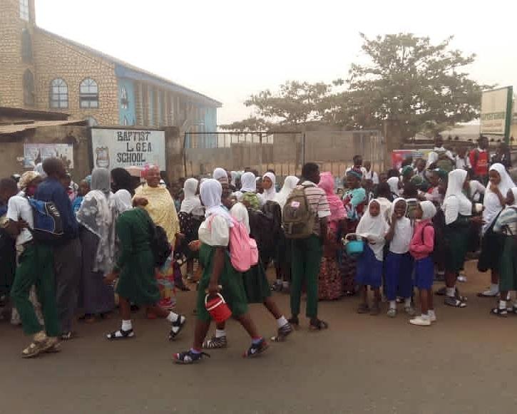 Nijerya başörtü yasağı olan 10 okulu geçici olarak kapattı