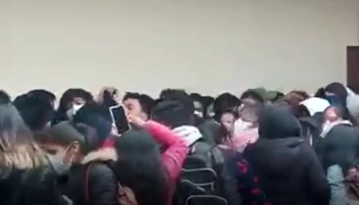 Üniversitede kavgada korkuluklar kırılınca 5. kattan yere çakıldılar: 5 ölü (Video Haber)