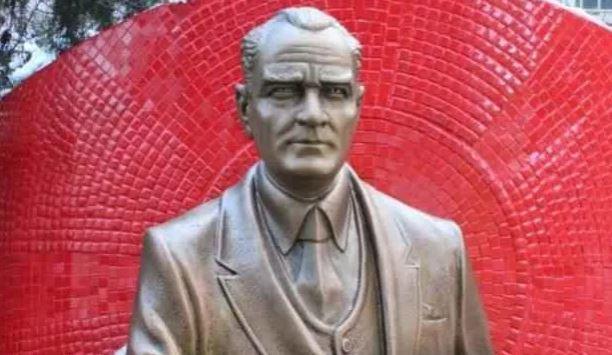 CHP'li belediye, kaybolan heykelin yerine yeni Atatürk heykeli yaptırdı