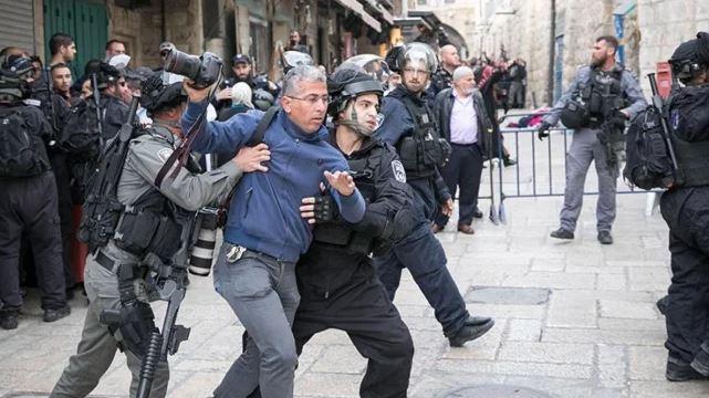 İsrail polisi teravih namazı sonrası Filistinlilere saldırdı