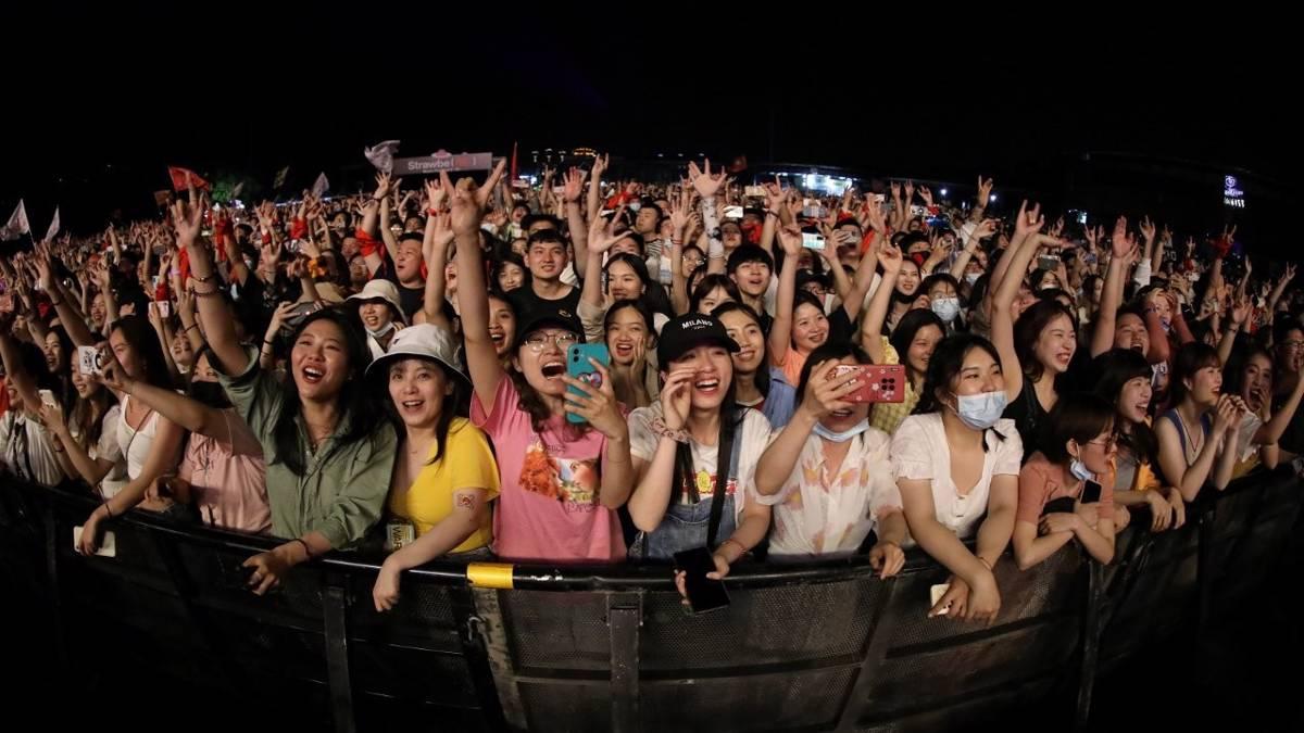 Koronavirüsünün çıkış yeri Wuhan'da maskesiz ve mesafesiz festival