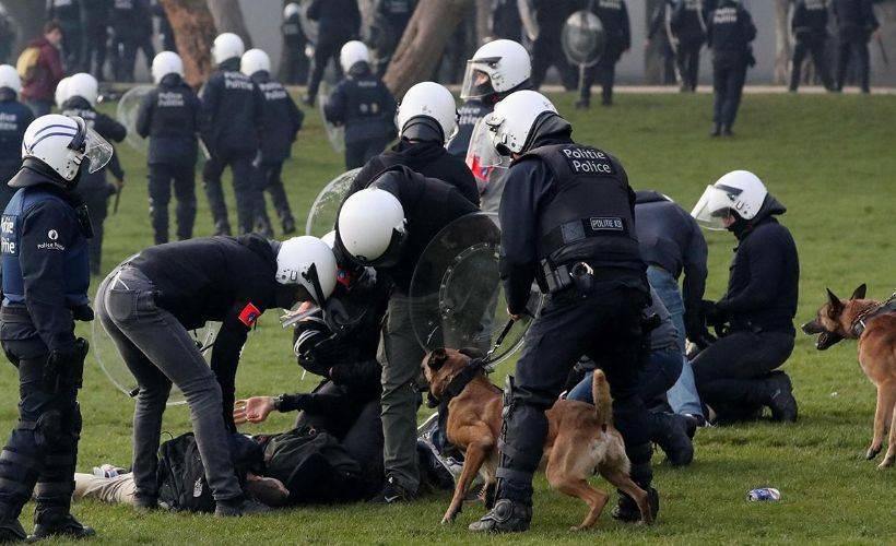 Belçika'da koronavirüs kısıtlamalarını protesto eden göstericilere polis şiddeti