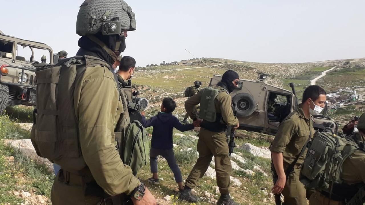 İşgalci Yahudiler köyü taşladı, Filistinliler gözaltına alındı