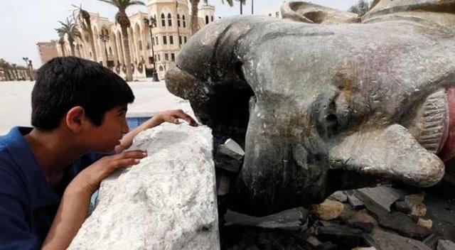 Haleb merkez mahallelesinde Hafız Esad'ın heykeli imha edildi