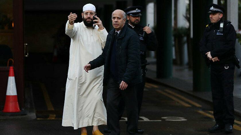 Londra'da camiye giren bir kişi namaz kılan bir din görevlisini bıçakladı