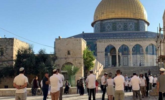 İsrail polisi Mescid-i Aksa'da sabah namazını kılan cemaate saldırdı