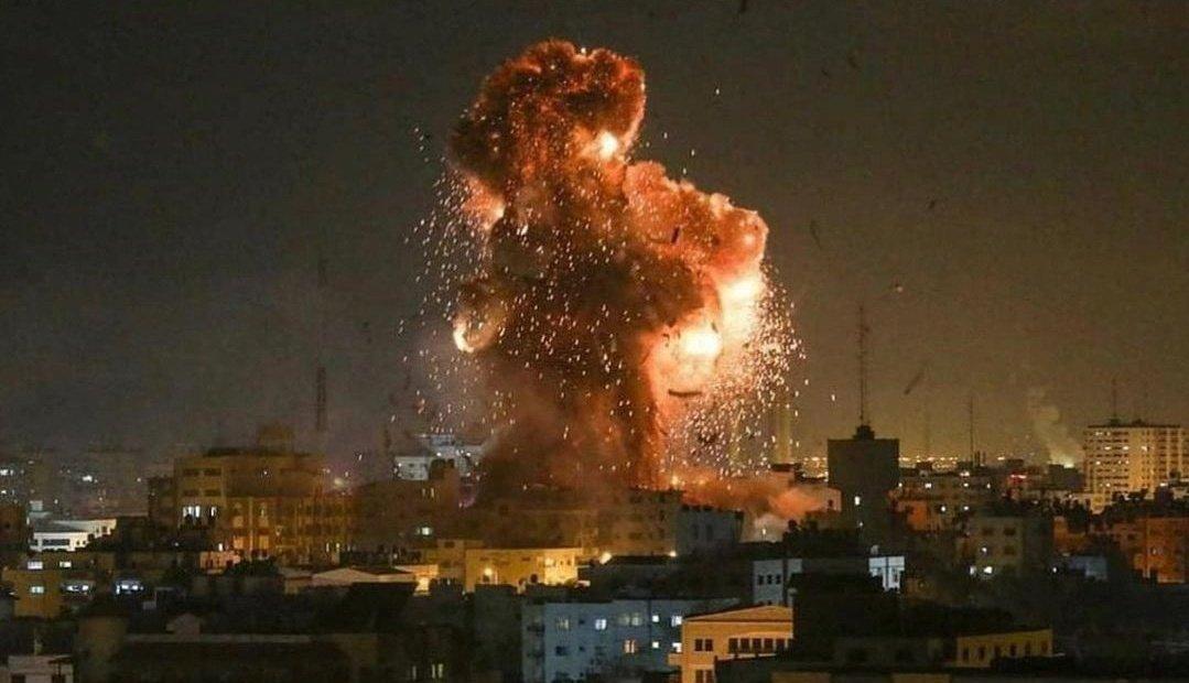 İsrail ordusu Gazze Şeridi'ni yoğun şekilde bombaladı