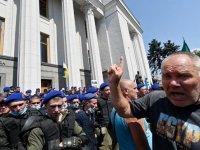 Emekli polisler hükümet binasını bastı