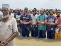 Sel sularında 3 bin kişi bayram namazı kıldı
