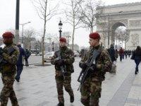 Fransa'nın başkenti Paris'te bomba alarmı: Tarihi meydan boşaltıldı