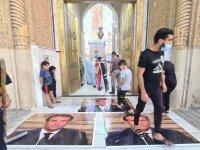 Irak'ta tarihi camiye Macron'un resmine basarak girilebiliyor
