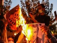 Tahran'da Macron'u protesto eden kalabalık Fransız Büyükelçi'nin kovulmasını istedi
