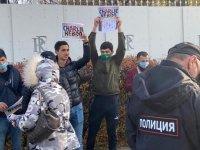 Moskova'daki Fransız elçiliği önünde Charlie Hebdo protestosu