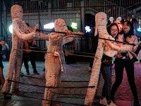 Virüsün merkezi Wuhan'da binlerce Çinli cadılar bayramını kutladı