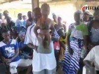 Afrikalı kabile putlarını kırarak toplu halde Kelime-i Şehadet getirdi (Video Haber)