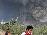 Endonezya yanardağ patladı: 3 bin kişi evsiz kaldı