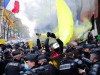 Paris'te polisle çatışan göstericiler araçları ve bankamatikleri ateşe verdi