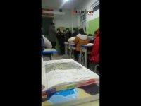 Çinli öğretmen Uygur öğrenciyi sınıfın ortasında acımasızca dövdü (Video Haber)