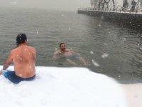 Sarıyer'de ilkokul öğretmeni önce kar banyosu yaptı sonra denize girdi