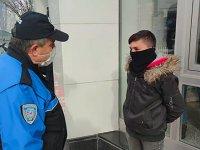 Banka önünde babasını bekleyen çocuğa 900 lira maske ve kısıtlama cezası