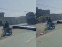 Kan donduran görüntü: Trenin altına giren motorsikletin sürücüsü sağ kurtuldu (Video-Haber)