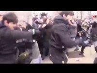 Moskova'da tek başına polislerle çatışan Çeçen genç Rusya'da kahraman oldu (Video Haber)
