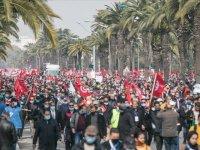 Tunus'da kriz devam ediyor: Binlerce kişi sokağa indi